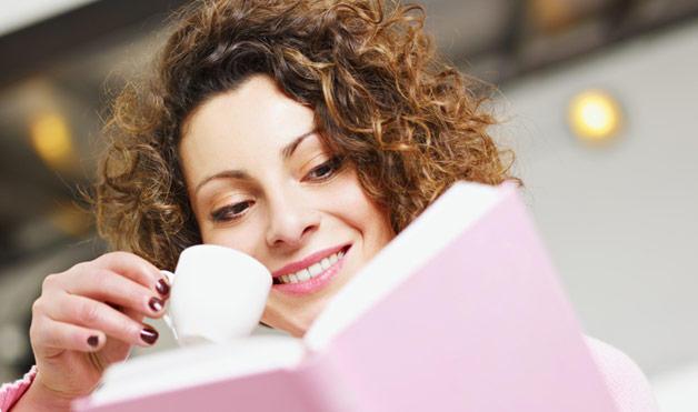 カタログを読む女性