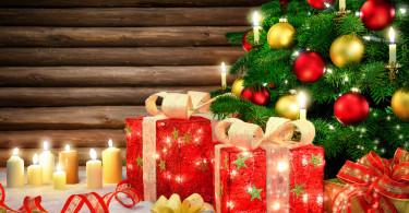 Elegante Dekoration für Weihnachten, mit Weihnachtsbaum, Kerzen und Holz Hintergrund