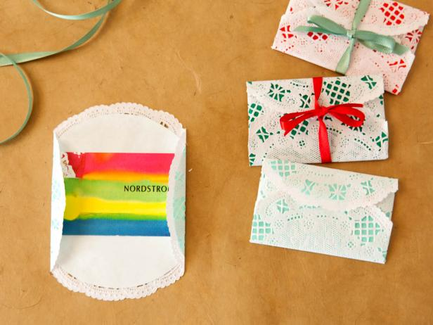 ci-buff-strickland_christmas-gift-wrap-gift-card-wrapping_s4x3-jpg-rend-hgtvcom-616-462