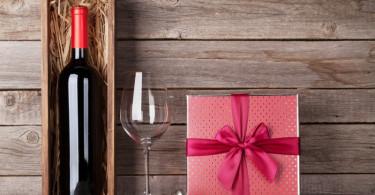 ワインとグラスとプレゼント