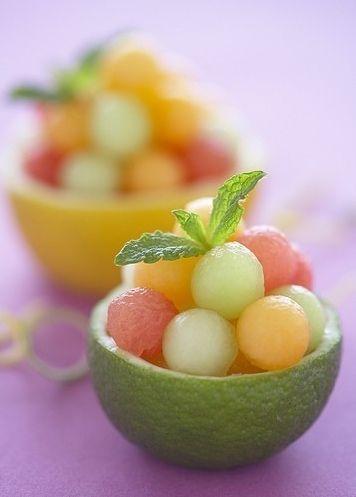 丸くくり抜いたフルーツ