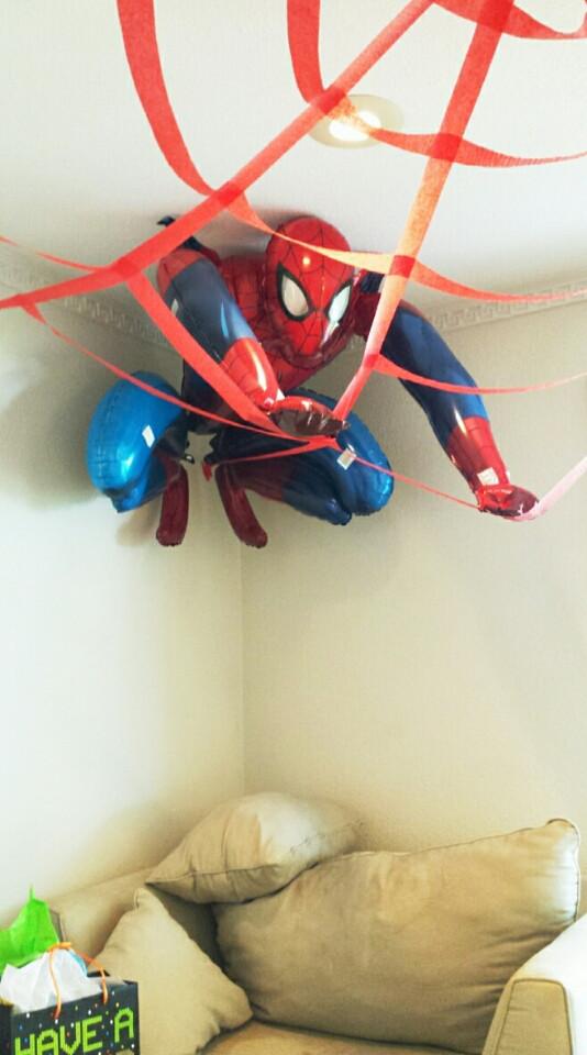 天井に飾ったスパイダーマン