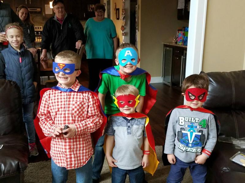 ヒーローのアイマスクをした男の子たち