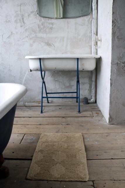 ジュート麻マットを敷いたバスルーム
