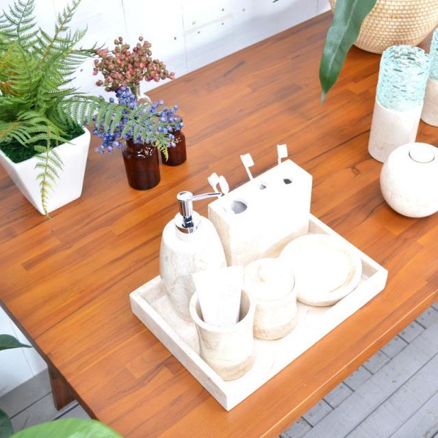 バスルームセットの置かれたテーブル