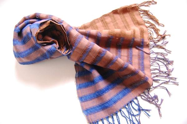 グラデーションカラーの手織りストール