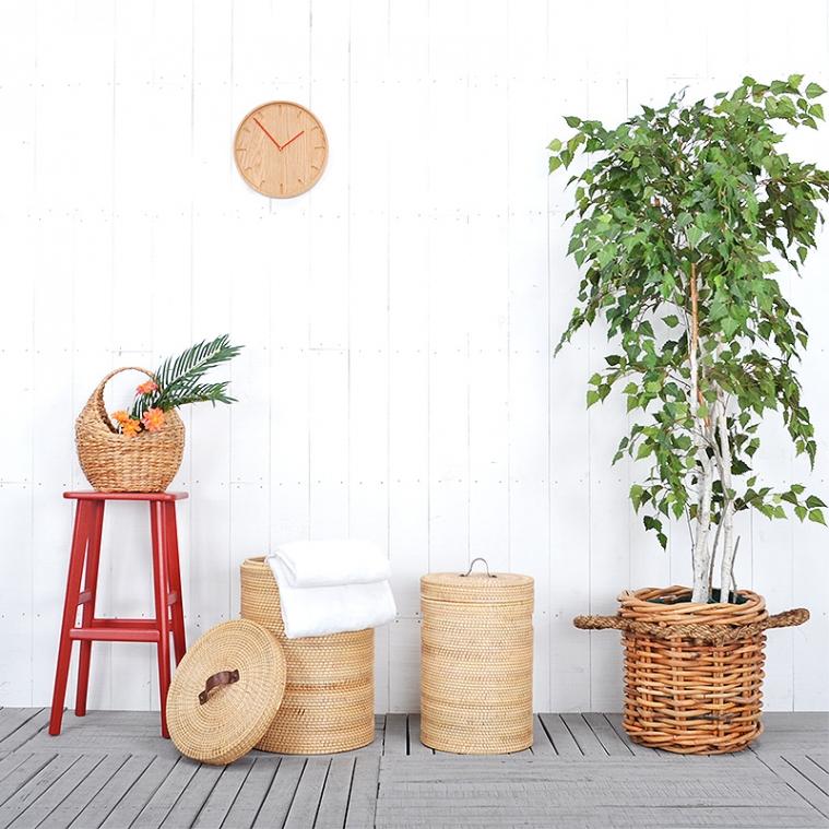 ラタン製のランドリーバスケットと、観葉植物