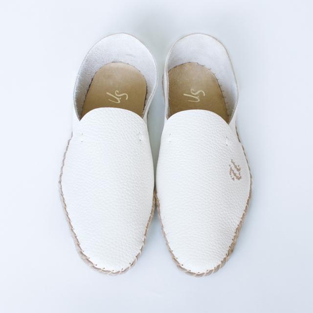 白い革製のルームシューズ