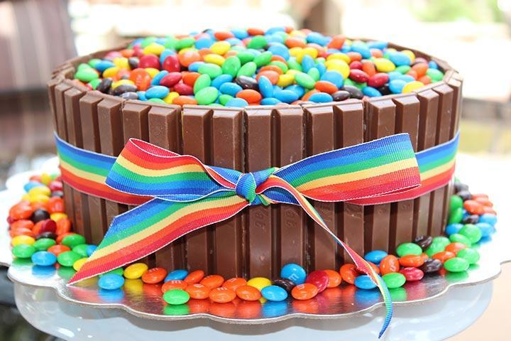 板チョコとマーブルチョコで作ったケーキ