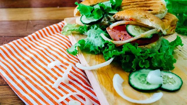 木製プレートにのったハンバーガー