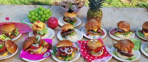 ずらりと並んだいろいろなハンバーガー