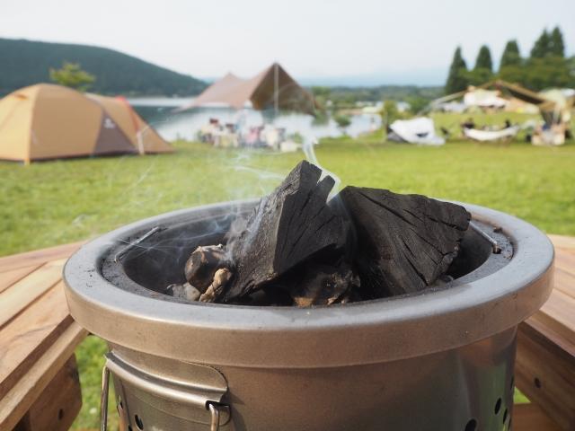 キャンプ場の炭火