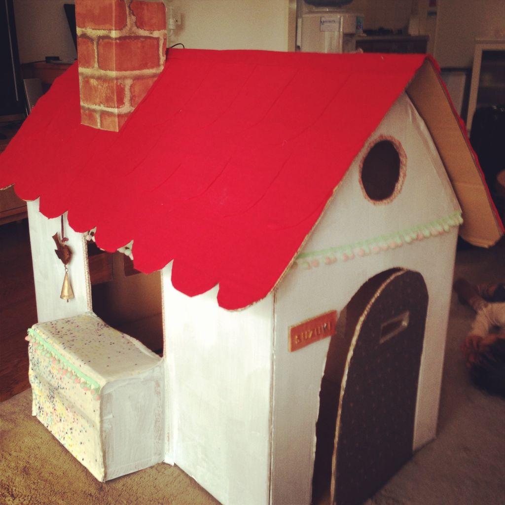 赤い屋根のダンボールハウス