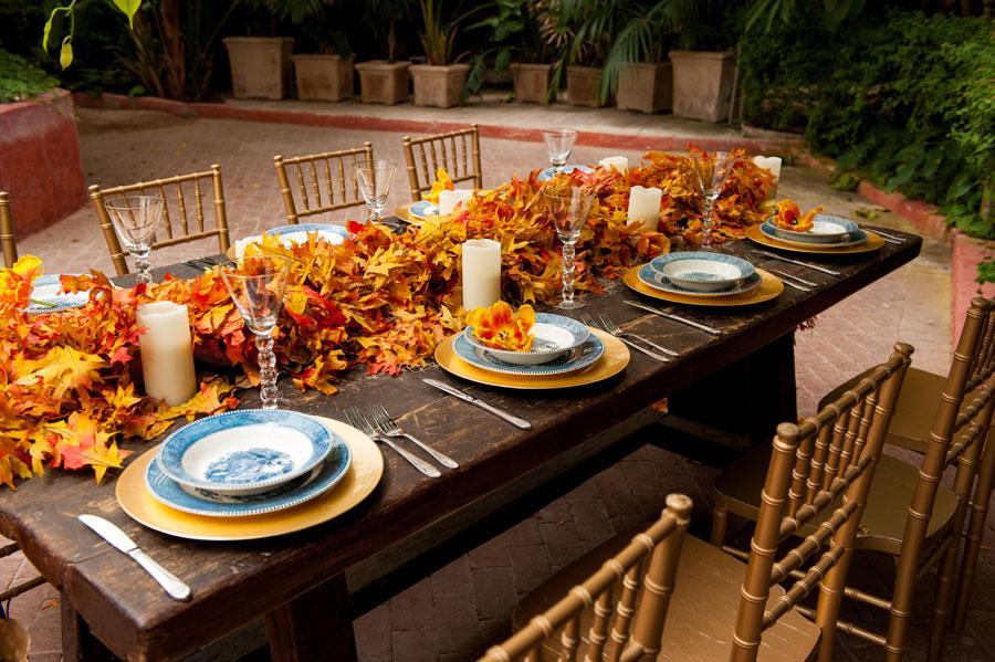 紅葉で飾ったテーブル