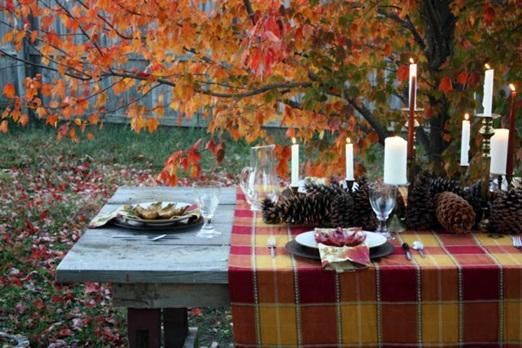 木の実とキャンドルで飾ったテーブル